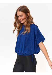 TOP SECRET - Efektowna bluzka damska z błyszczącej tkaniny. Kolor: niebieski. Materiał: tkanina. Długość: krótkie. Sezon: zima, jesień. Styl: elegancki