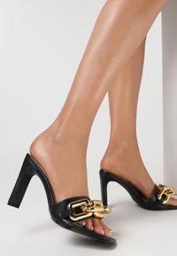 Born2be - Czarne Klapki Malithilei. Nosek buta: otwarty. Kolor: czarny. Wzór: kwiaty, aplikacja. Obcas: na słupku