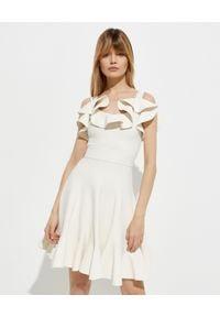Alexander McQueen - ALEXANDER MCQUEEN - Biała sukienka z falbaną. Kolor: biały. Materiał: wiskoza. Długość rękawa: na ramiączkach. Długość: mini