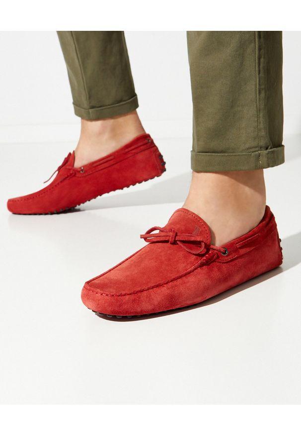 TOD'S - Czerwone mokasyny Gommino Driving. Okazja: na spacer. Kolor: czerwony. Materiał: zamsz, guma. Wzór: aplikacja. Sezon: lato, wiosna
