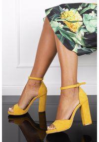 Żółte sandały Casu z paskami