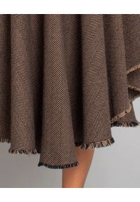 GIOVANNA NICOLAI - Brązowa sukienka z wełny. Kolor: brązowy. Materiał: wełna. Długość rękawa: długi rękaw. Wzór: jodełka. Typ sukienki: asymetryczne, rozkloszowane. Styl: elegancki. Długość: midi