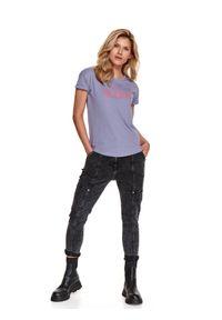 TOP SECRET - Luźny t-shirt z nadrukiem. Kolor: fioletowy. Materiał: tkanina. Długość rękawa: krótki rękaw. Długość: krótkie. Wzór: nadruk. Sezon: wiosna. Styl: klasyczny