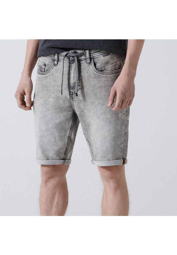 Cropp - Jeansowe szorty regular - Jasny szary. Kolor: szary. Materiał: jeans
