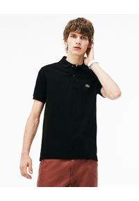Lacoste - LACOSTE - Czarny t-shirt polo z logo Regular Fit. Typ kołnierza: polo. Kolor: czarny. Materiał: bawełna, prążkowany. Wzór: haft. Styl: klasyczny