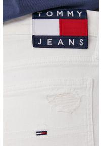 Tommy Jeans - Jeansy Izzy. Stan: podwyższony. Kolor: biały