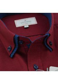Victorio - Bawełniana Koszula z Długim Rękawem, VICTORIO - Bordowa, Granatowe Dodatki. Kolor: czerwony. Materiał: bawełna, poliester. Długość rękawa: długi rękaw. Długość: długie. Styl: elegancki