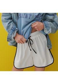 Reserved - Luźne szorty - Biały. Kolor: biały