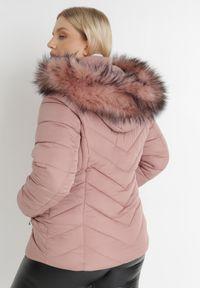 Born2be - Różowa Kurtka Solase. Typ kołnierza: kołnierzyk stójkowy. Kolekcja: plus size. Kolor: różowy. Materiał: futro. Styl: klasyczny