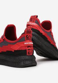 Born2be - Czarno-Czerwone Buty Sportowe Phridia. Nosek buta: okrągły. Zapięcie: bez zapięcia. Kolor: czarny. Materiał: bawełna, dresówka, materiał. Szerokość cholewki: normalna. Wzór: napisy, aplikacja