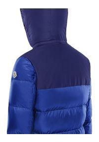MONCLER - Niebieska kurtka puchowa. Kolor: niebieski. Materiał: puch. Wzór: aplikacja. Sezon: zima. Styl: klasyczny