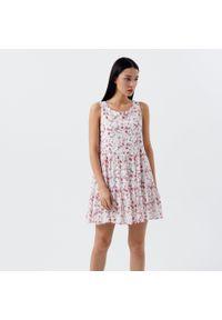 Cropp - Sukienka w kwiatowy wzór - Biały. Kolor: biały. Wzór: kwiaty
