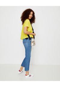 MONCLER - Niebieskie jeansy z naszywką. Kolor: niebieski. Wzór: aplikacja. Styl: klasyczny