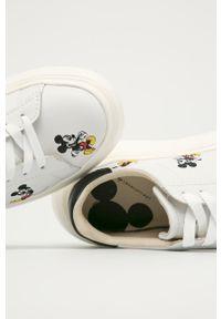 Białe sneakersy na sznurówki, na średnim obcasie, z cholewką, z okrągłym noskiem