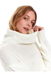 TOP SECRET - Gruby damski sweter z golfem. Okazja: na co dzień. Typ kołnierza: golf. Kolor: biały. Długość: długie. Wzór: ze splotem. Sezon: wiosna. Styl: casual