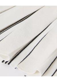 BURBERRY CHILDREN - Biała sukienka z logo 4-10 lat. Kolor: biały. Materiał: dzianina. Wzór: aplikacja. Sezon: lato. Typ sukienki: plisowane