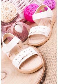 Białe sandały Casu na rzepy, z aplikacjami