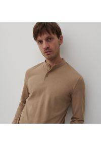 Reserved - Koszulka polo z niską stójką - Beżowy. Typ kołnierza: kołnierzyk stójkowy, polo. Kolor: beżowy