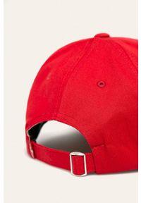 Czerwona czapka z daszkiem Levi's® w kolorowe wzory, biznesowa