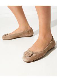Tory Burch - TORY BURCH - Brązowe baleriny z zamszu. Nosek buta: okrągły. Kolor: brązowy. Materiał: zamsz. Styl: klasyczny