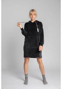 e-margeritka - Sukienka welurowa z kapturem do kolan - s/m. Okazja: na co dzień. Typ kołnierza: kaptur. Materiał: welur. Długość rękawa: długi rękaw. Styl: casual. Długość: midi