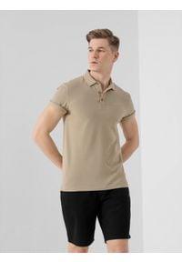 4f - Koszulka polo męska. Okazja: na co dzień. Typ kołnierza: polo. Kolor: beżowy. Materiał: dzianina, materiał. Styl: casual
