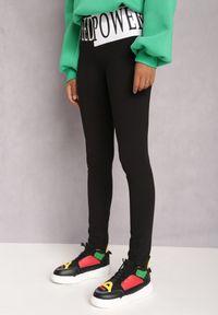 Renee - Czarne Legginsy Aikelaia. Kolor: czarny. Materiał: bawełna, materiał, elastan. Długość: długie. Wzór: napisy, aplikacja
