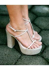 CULT GAIA - Sandały na platformie Angela. Nosek buta: okrągły. Zapięcie: pasek. Kolor: srebrny. Materiał: materiał. Wzór: paski, aplikacja. Obcas: na platformie. Styl: wizytowy, klasyczny. Wysokość obcasa: średni