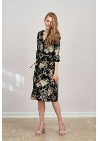 Marie Zélie - Sukienka Lila Phoenix czarna. Typ kołnierza: dekolt w kształcie V. Kolor: czarny. Materiał: wiskoza, materiał, tkanina, skóra, poliester. Wzór: napisy. Typ sukienki: proste