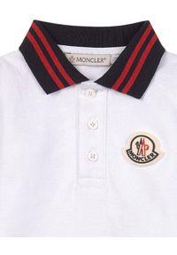 MONCLER KIDS - Koszulka polo z długim rękawem 0-3 lat. Typ kołnierza: polo. Kolor: biały. Materiał: bawełna. Długość rękawa: długi rękaw. Długość: długie. Wzór: aplikacja. Sezon: lato. Styl: klasyczny