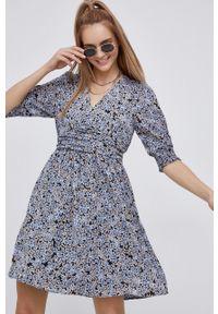 Vero Moda - Sukienka. Kolor: fioletowy. Materiał: tkanina, poliester. Długość rękawa: krótki rękaw. Typ sukienki: rozkloszowane