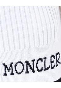 MONCLER - Biały sweter z golfem. Typ kołnierza: golf. Kolor: biały. Materiał: wełna. Długość rękawa: długi rękaw. Długość: długie