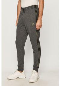 Szare spodnie dresowe Adidas z aplikacjami