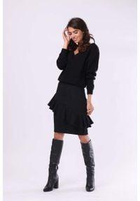 Nommo - Czarna Spódnica o Ołówkowym Kroju z Asymetryczną Falbanką. Kolor: czarny. Materiał: wiskoza, poliester
