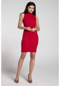 Nommo - Czerwona Dopasowana Krótka Sukienka z Półgolfem. Kolor: czerwony. Materiał: wiskoza, poliester. Wzór: kwiaty. Długość: mini
