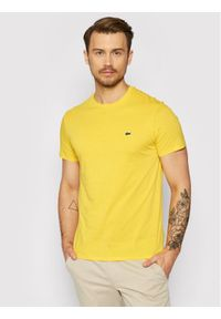 Lacoste T-Shirt TH6709 Żółty Regular Fit. Kolor: żółty