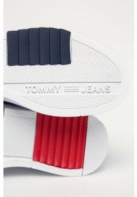 Białe sneakersy Tommy Jeans na sznurówki, z cholewką, z okrągłym noskiem