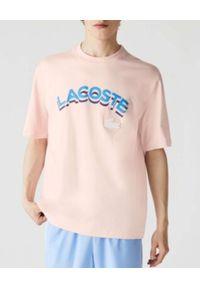 Lacoste - LACOSTE - Pastelowo-różowy t-shirt z logo 3D Loose Fit. Kolor: różowy, wielokolorowy, fioletowy. Materiał: bawełna, jersey, prążkowany. Wzór: aplikacja