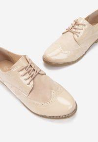 Born2be - Beżowe Półbuty Rhodone. Wysokość cholewki: przed kostkę. Nosek buta: okrągły. Kolor: beżowy. Materiał: lakier, wełna. Szerokość cholewki: normalna. Obcas: na obcasie. Styl: klasyczny, elegancki. Wysokość obcasa: niski