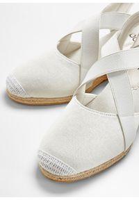 Białe sandały bonprix na koturnie, z paskami, na średnim obcasie