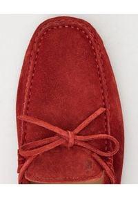 TOD'S - Czerwone mokasyny Gommino Driving. Okazja: na spacer. Kolor: czerwony. Materiał: zamsz, guma. Wzór: aplikacja. Sezon: wiosna, lato