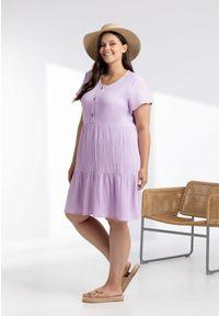 Moda Size Plus Iwanek - Lawendowa sukienka Scarlett z muślinu XXL OVERSIZE LATO. Okazja: na co dzień. Kolor: fioletowy. Materiał: skóra, elastan, bawełna, materiał. Długość rękawa: krótki rękaw. Sezon: lato. Typ sukienki: oversize. Styl: casual. Długość: midi