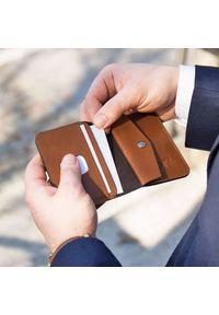 Solier - Skórzany cienki portfel męski z bilonówką SOLIER SW16 SLIM brąz. Kolor: brązowy. Materiał: skóra
