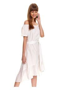 TOP SECRET - Bawełniana sukienka z asymetrycznym dołem i haftem richelieu. Okazja: na co dzień. Kolor: biały. Materiał: bawełna. Wzór: haft. Sezon: lato. Typ sukienki: asymetryczne. Styl: casual