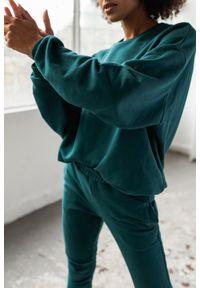 Marsala - Bluza damska bez kaptura kolor BUTELKOWA ZIELEŃ - YOUNG BY MARSALA. Typ kołnierza: bez kaptura. Materiał: bawełna, dzianina, poliester. Sezon: lato, jesień, wiosna, zima. Styl: klasyczny