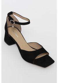 Czarne sandały Wojas na średnim obcasie, na obcasie, na klamry