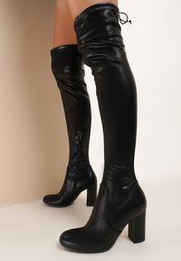 Renee - Czarne Kozaki Crisqarim. Wysokość cholewki: za kolano. Nosek buta: okrągły. Kolor: czarny. Szerokość cholewki: normalna. Wzór: jednolity. Obcas: na obcasie. Wysokość obcasa: średni
