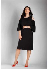 Nommo - Czarna Prosta Midi Sukienka z Rozkloszowanym Rękawem PLUS SIZE. Kolekcja: plus size. Kolor: czarny. Materiał: wiskoza, poliester. Typ sukienki: proste, dla puszystych. Długość: midi