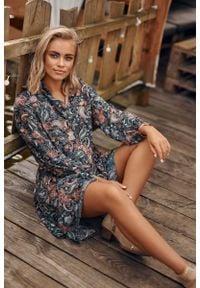 Makadamia - Romantyczna Sukienka w Kwiatowy Wzór - Model 11. Materiał: poliester. Wzór: kwiaty