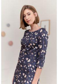 Marie Zélie - Sukienka Asteria Pellucida granatowa. Kolor: niebieski. Materiał: materiał, satyna, skóra, bawełna. Wzór: gładki. Typ sukienki: trapezowe. Styl: klasyczny